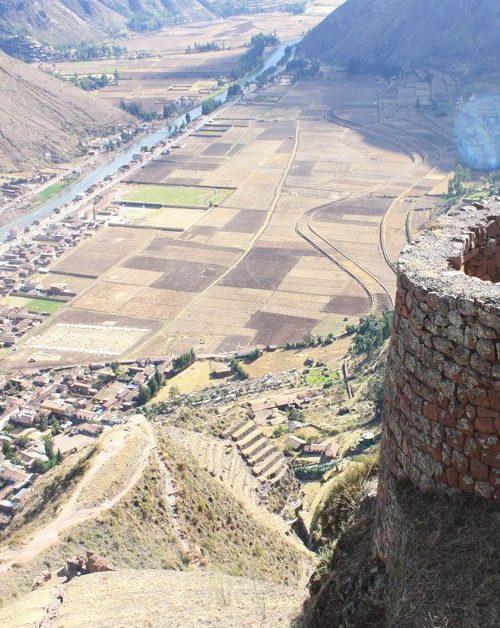 Ruinas de Pisaq en las montañas de los andes de Cusco - Perú